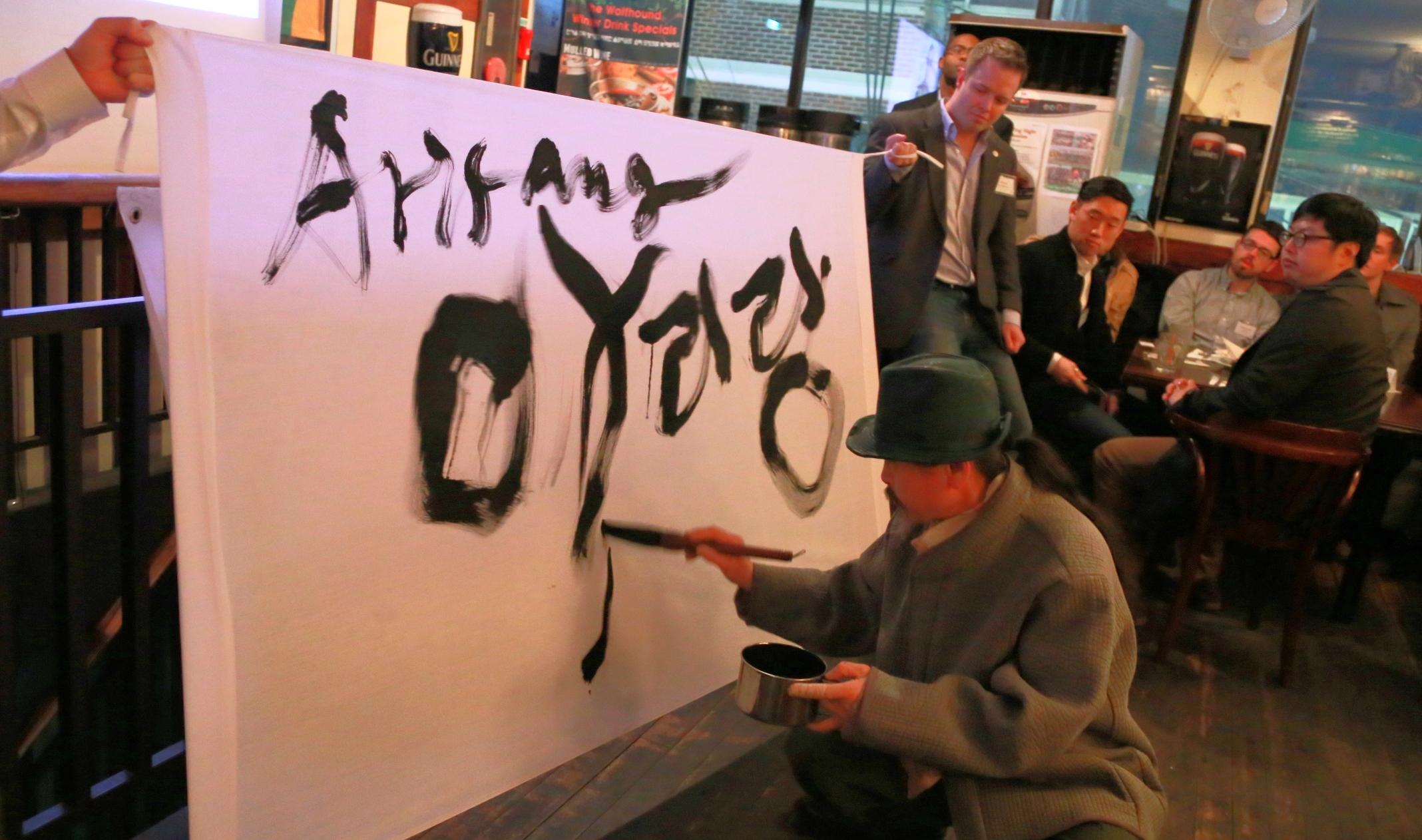 신평 김기상 provides a live art performance.