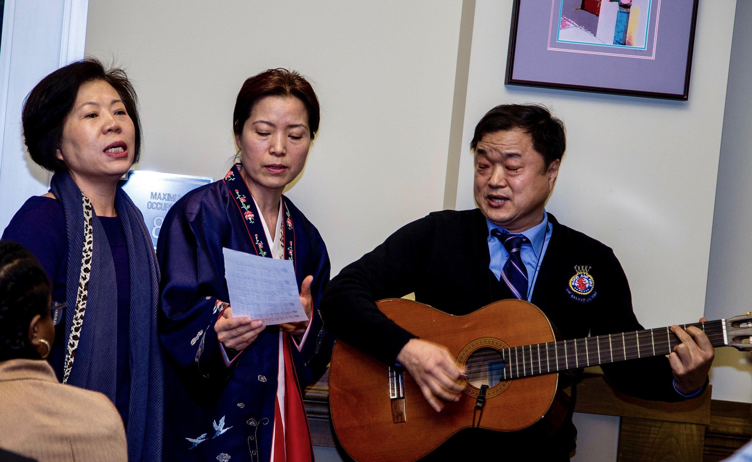 이상목 목사와 에리에있는 한국 장로 교회 회원들의 음악 공연.
