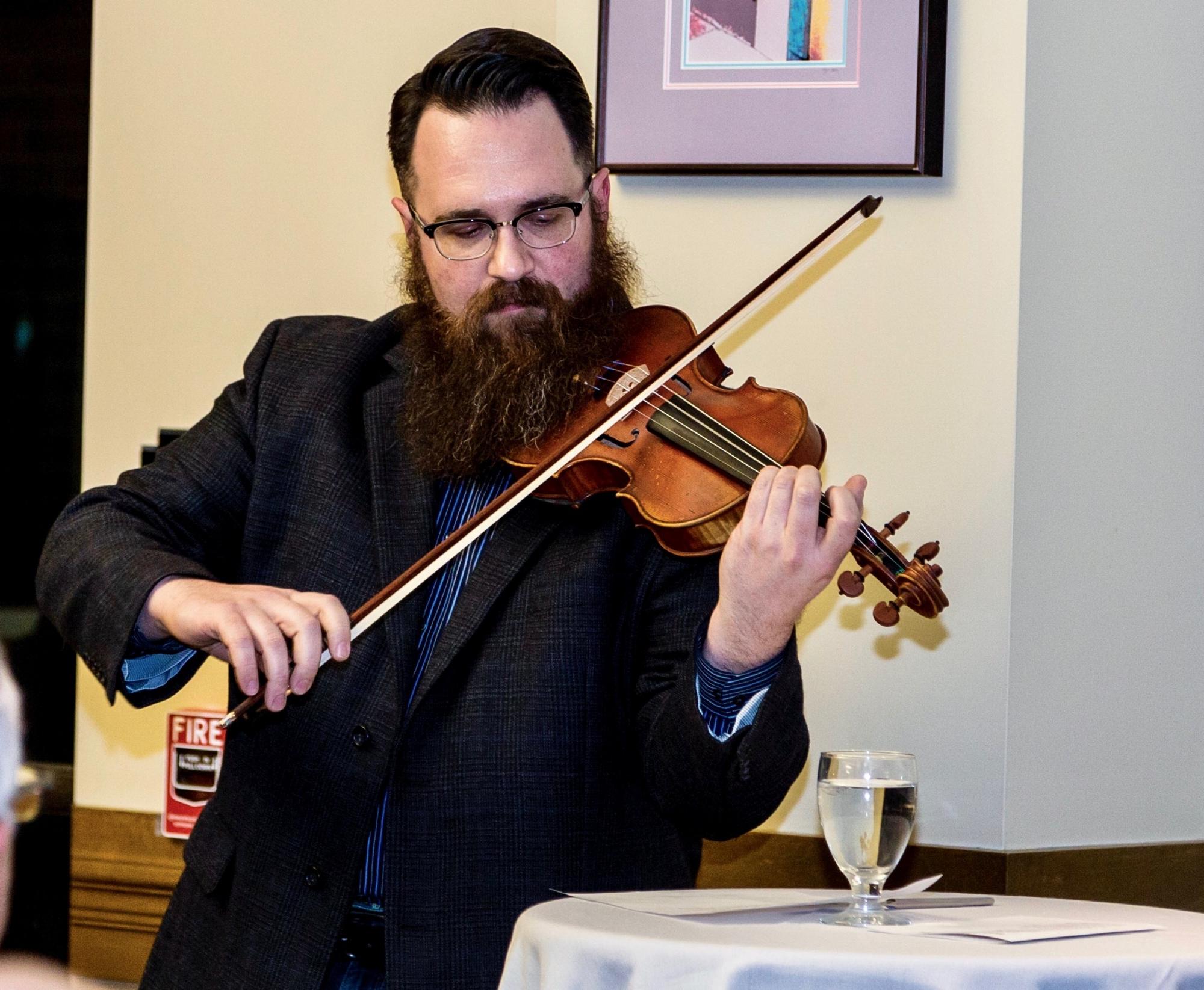조나단 모저 (Jonathon Moser) Mercyhurst 오케스트라 단원이 아리랑 (Arirang)을 연주합니다.