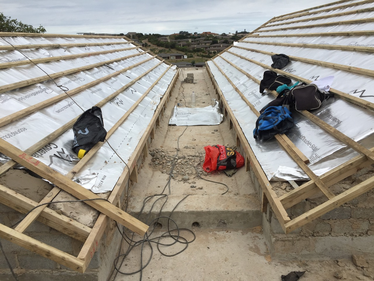 Flat slab between pitched roofs