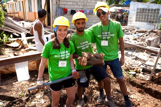 Students helping at Tala, an ANCOP build site. Photo by Catholic Student Leadership