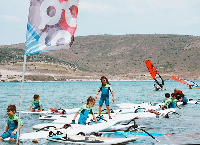 Miniklerin surf deneyimi hem öğrenmeye hem eğlenmeye dayalı. Yazın tadını çıkarabilecekleri, spor disiplinini ve keyfini deneyimleyebilecekleri Myga Surf City 'de günler aktivite dolu geçiyor.🏄🏻‍♀️ #mygasurfcity #supersorfculerokulu • Kids surf experience is based on learning and fun. The days passes with full of activity in Myga Surf City where they enjoy summer, experience sports discipline and fun . 📞 +90 232 716 6468 📩 myga@myga.com.tr