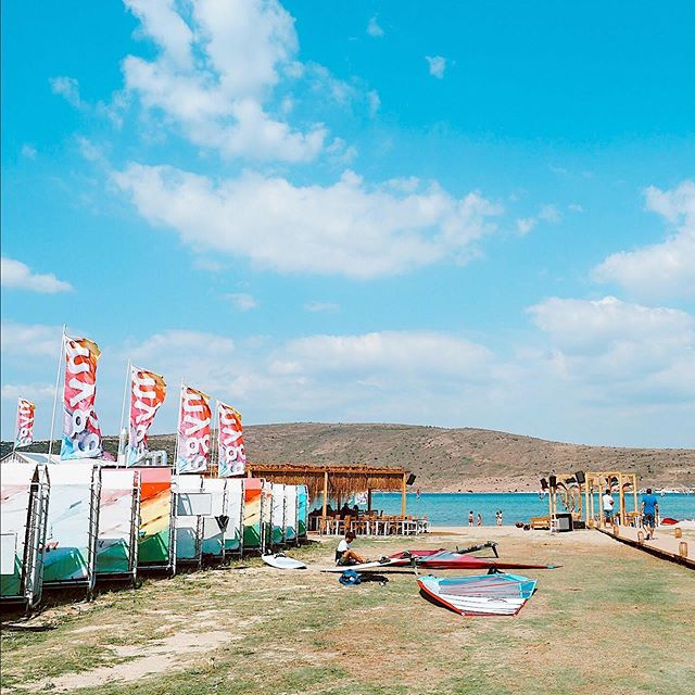 Hava açık, rüzgar bizden yana. Bugün de en sevdiğimiz gibi başlasın.🏄🏻‍♀️ • Weather is clear, wind is on our side. The day starts our own lovely way. #alaçatısurfing #mygasurfcity