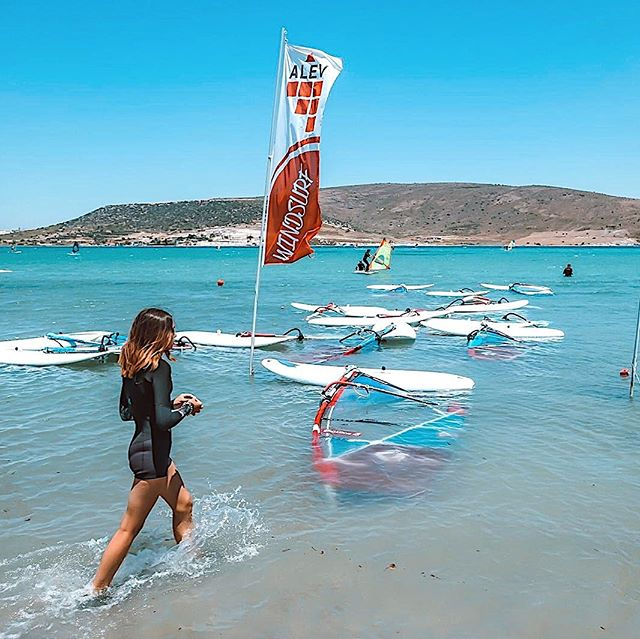 Myga Surf City, meltem rüzgarı, sığ ve kumluk deniziyle surf severler için keyifli surf merkezi; sıcak su, şezlong, giyinme odası hizmetleri sunan konforlu bir dinlenme alanıyla sezon boyunca sizlerle.🏄🏻‍♂️🏄🏻‍♀️ •Myga Surf City is active as an enjoyable surf center that hosts breeze,shallow water and sandy beach. It also serves hot water, sunbed and changing room during the saason.. #alacati #mygasurfcity