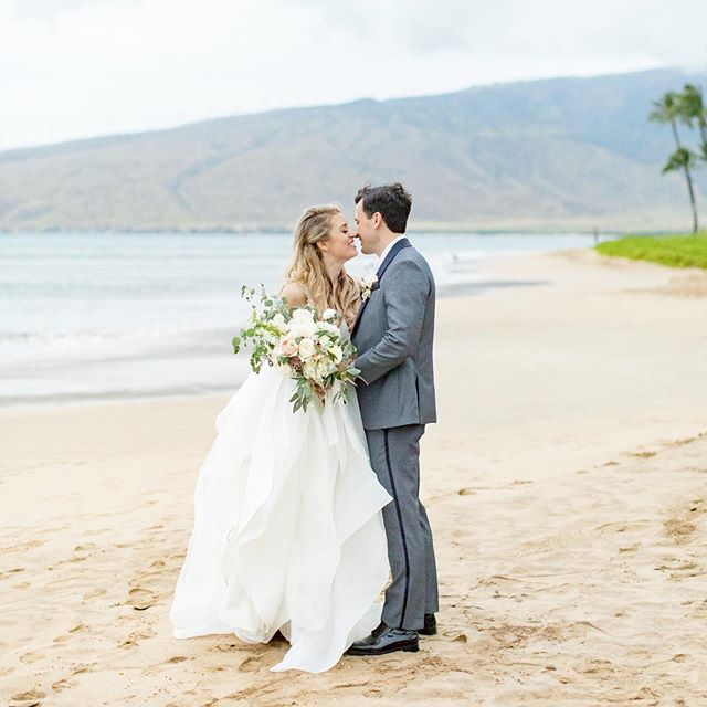 Can't believe it was a year (and one day) ago that Lindsey and Jed tied the knot in Hawaii! Congrats guys on your one year! 🎉🎉