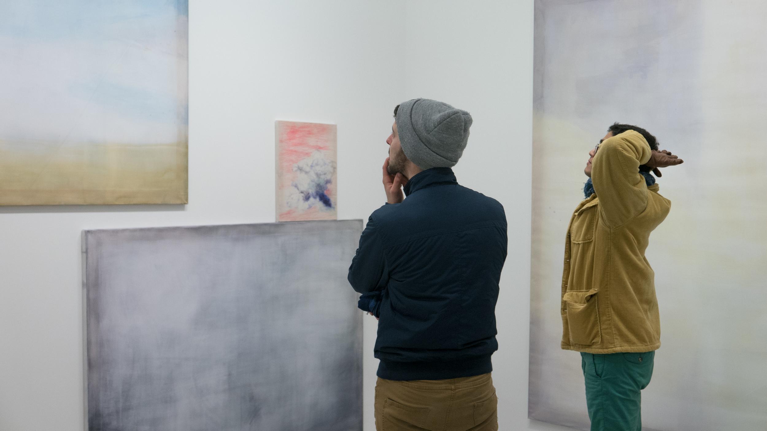 Visiteur à la galerie Pascaline Mulliez @Ghizlène Lachachi.jpg