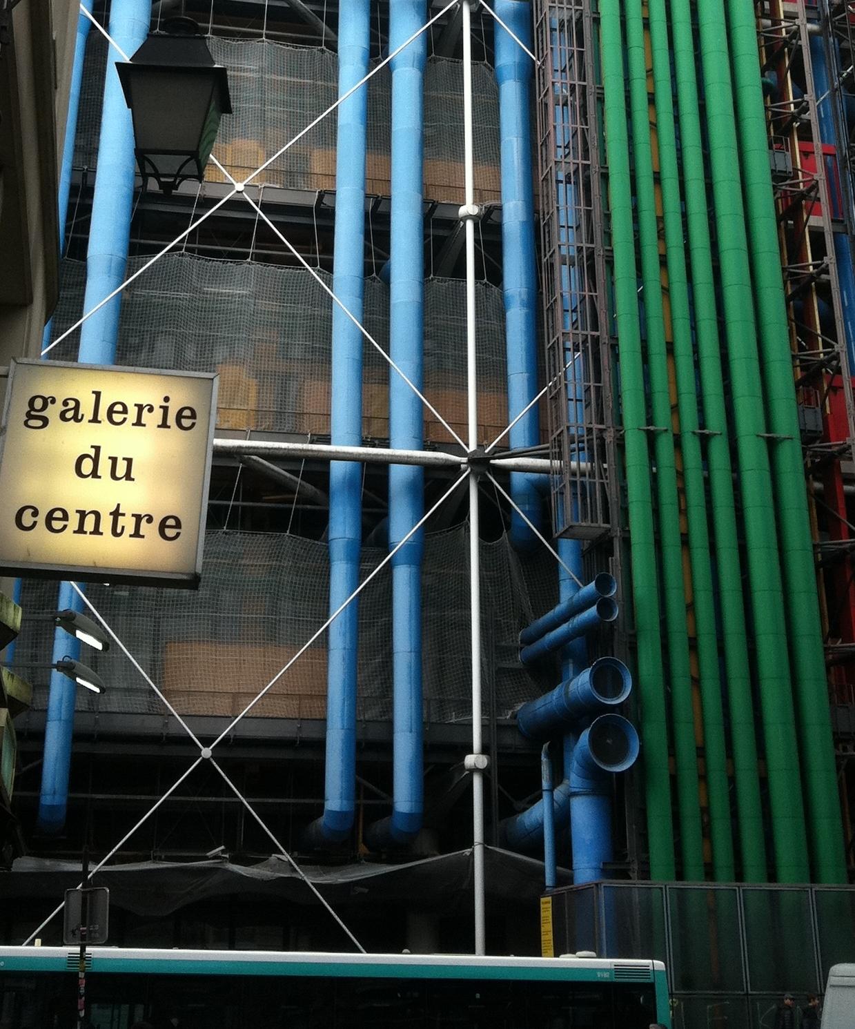 Galerie du Centre - La Galerie du centre repère et défend ses artistes avec conviction.Reconnue internationalement pour la Nouvelle Figuration et le Pop art, elle s'ouvre aujourd'hui à des artistes contemporains spécialisés dans les nouveaux médias d'expression.Avec la collaboration de l'agence JR & Associée, la Galerie du Centre décide de rendre hommage au 'Triptyque' grâce à la photographie, la vidéo et le son.5, Rue Pierre au Lard, (Angle 22 rue du Renard)