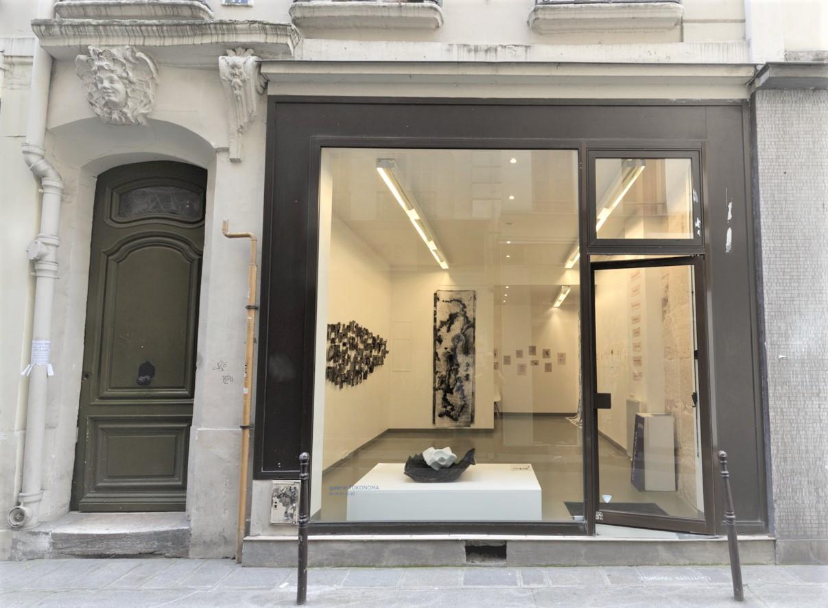 Tokonoma - Ouverte en 2012 dans le marché Saint-Paul, la galerie Tokonoma est depuis début 2017 installée au 47 rue Chapon.Dans un éclectisme assumé, seul guidé par l'émotion et les coups de cœur, la galerie présente, souvent pour leur première exposition, de jeunes artistes dont le travail fait appel aux techniques les plus variées, telle la « digital painting » à partir de laquelle a été réalisée l'oeuvre présentée à l'occasion des « Jeudis Arty »,47, rue Chapon 75003 Pariswww.galerie-tokonoma.fr