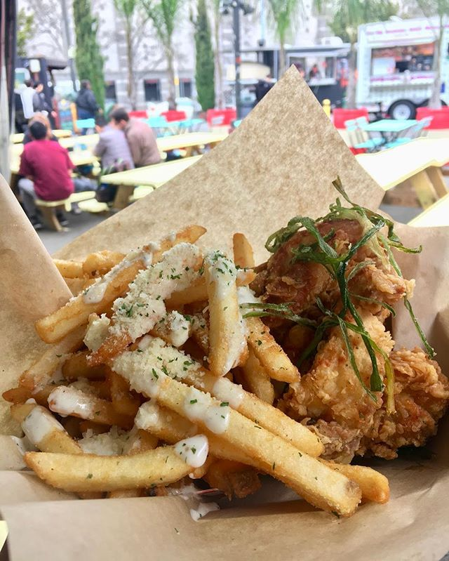 It's Friday my dudes (and ladies and everyone in this city)! Treat yourself for making it to the end of the week with some drool worthy Korean fried chicken and garlic fries from @kokiorepublic, or get you fill today with serendipitytrucksf @thesteaminburger @firetrailpizza @thesarapshop @nuchaempanadas @gyrosonwheels7 @streetmeettruck or @chefsfoodtruck #SoMaStrEatFoodPark #SoMa