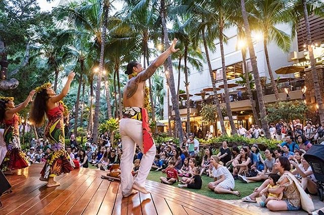 It's HULA time down at the Royal Hawaiian Helumoa Grove tonight from 6-7pm! Gather round, watch and even learn a hula with our dancers! @royalhwnctr • • • #hula #maluproductions #royalhawaiiancenter #helumoagrove #wahine #kane #greattime #royalhawaiian #hawaiianmusic #hawaii #oahu