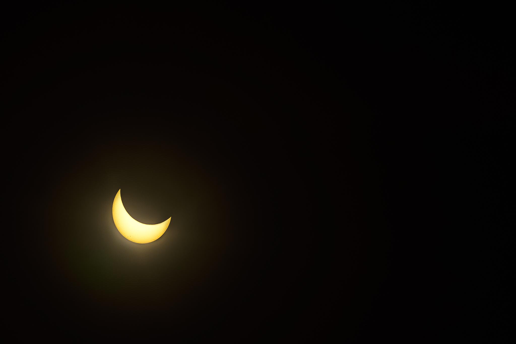 global_eclipse_gathering_quarter_sun_glow
