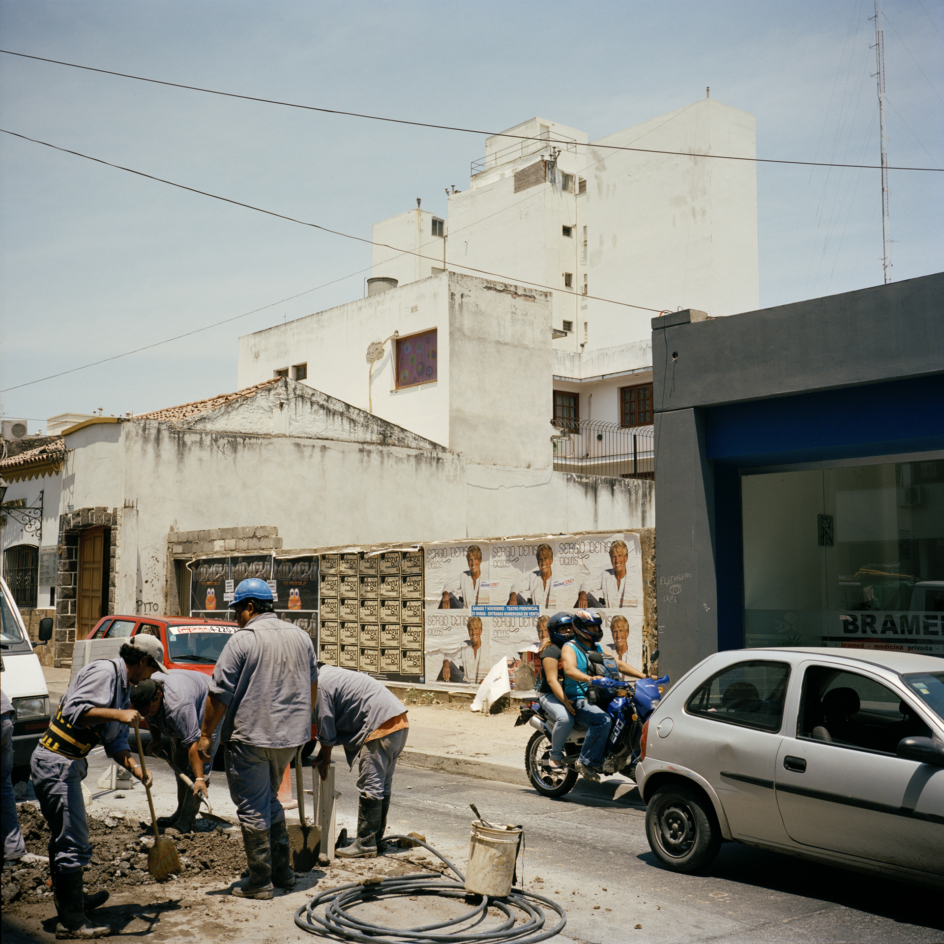Salta. Construction workers and traffic.