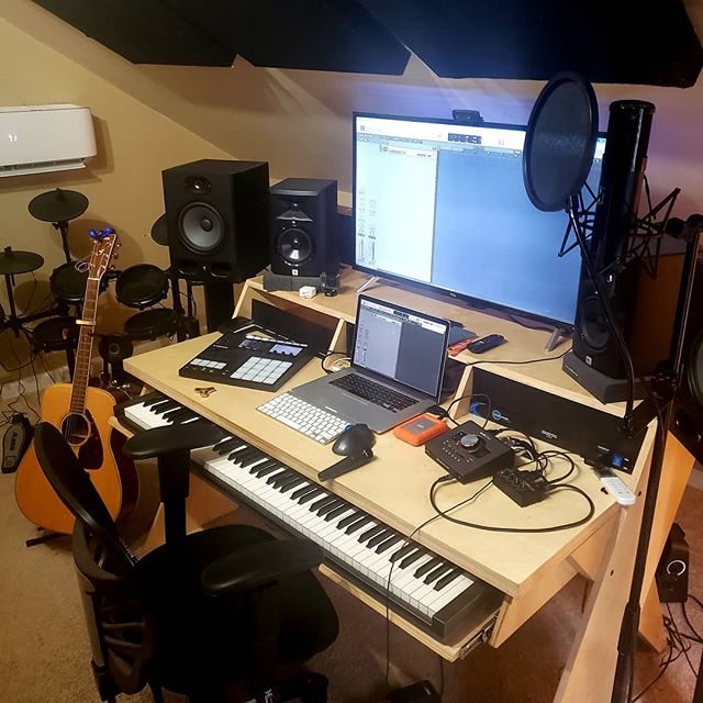 It always starts the same way every day. A blank session and I have to make something up. This time it's time to score for the new Power Rangers season. Trivia. This is where the theme was recorded. Let's go! #outputdesk  #uadaudio #slatedigital #maschinemk3 #powerrangersbeastmorphers #theinfinites_music
