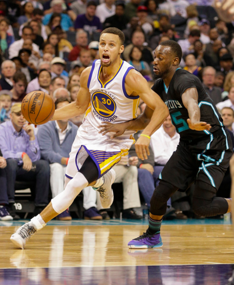 STEPH CURRY POURED IN 40 POINTS IN THE WARRIORS' 20TH CONSECUTIVE WIN ON WEDNESDAY NIGHT IN CHARLOTTE. (PHOTO BY NELL REDMOND)