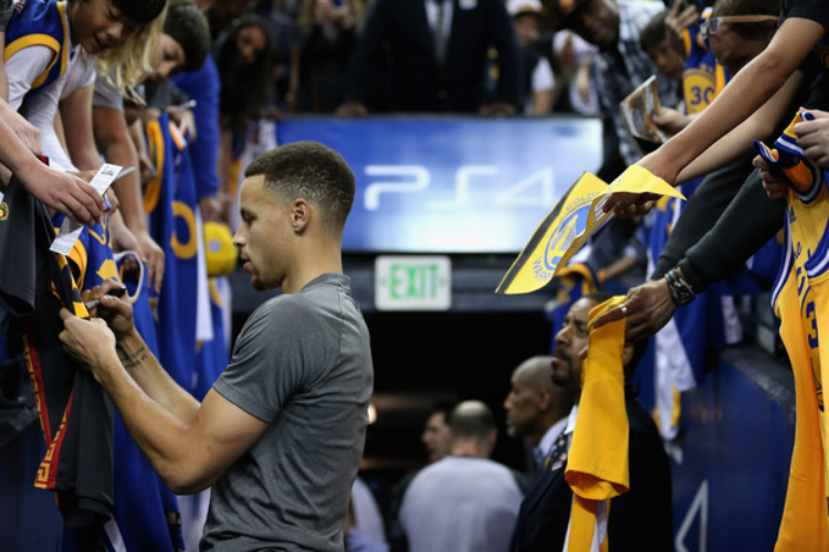 Steph taking time to show love to Dub Nation. (Ezra Shaw)