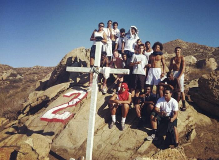 Darius and his Heritage High teammates honor their late friend,Donovan Adams.(Photo via  www.instagram.com/ovo_da2/ )