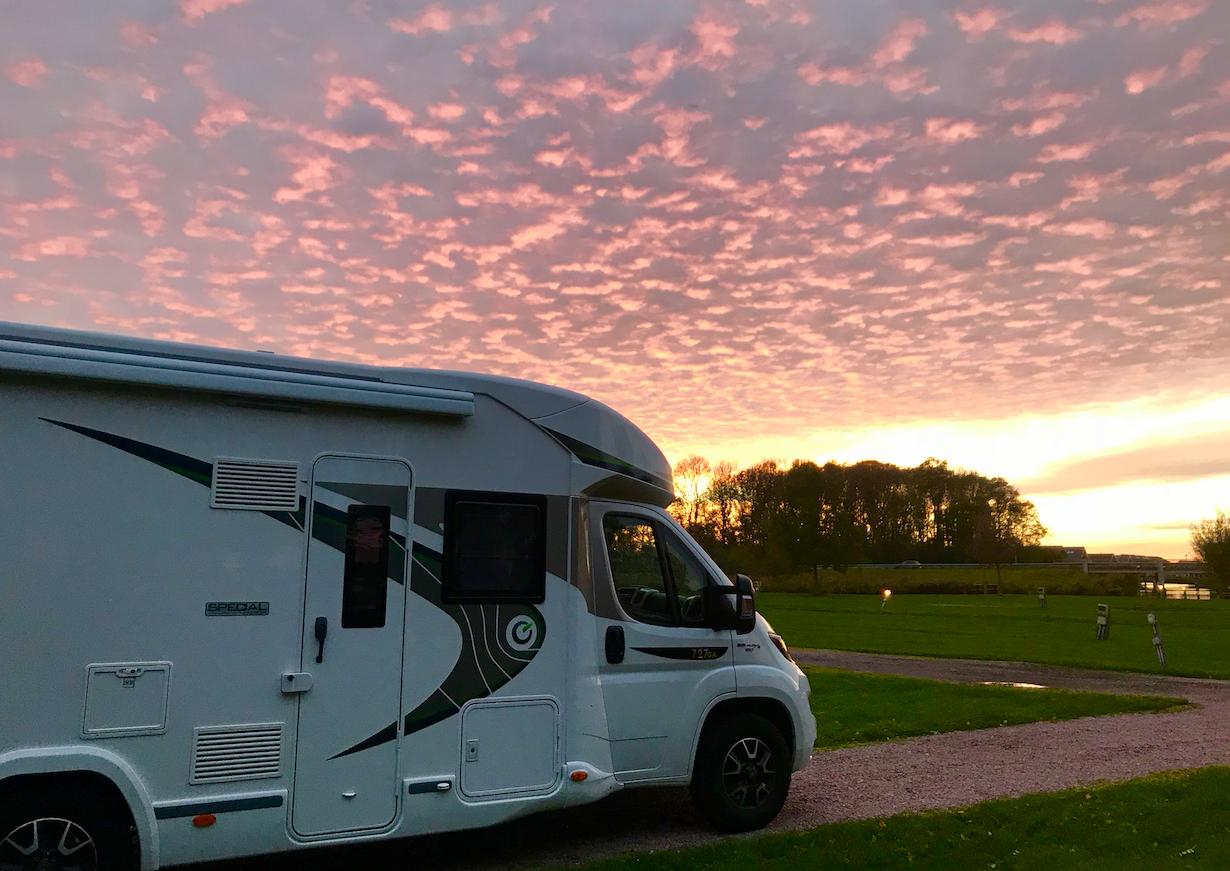 Bij zonsondergang op een camping in  Sneek .