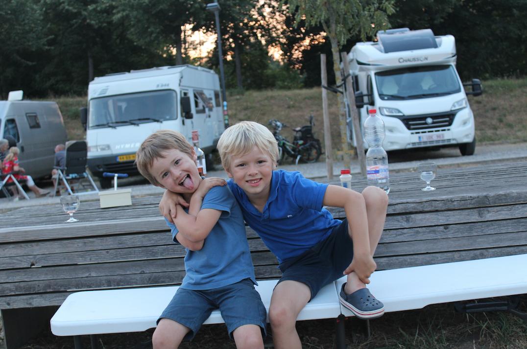 kinderen reizen mobilhome.png