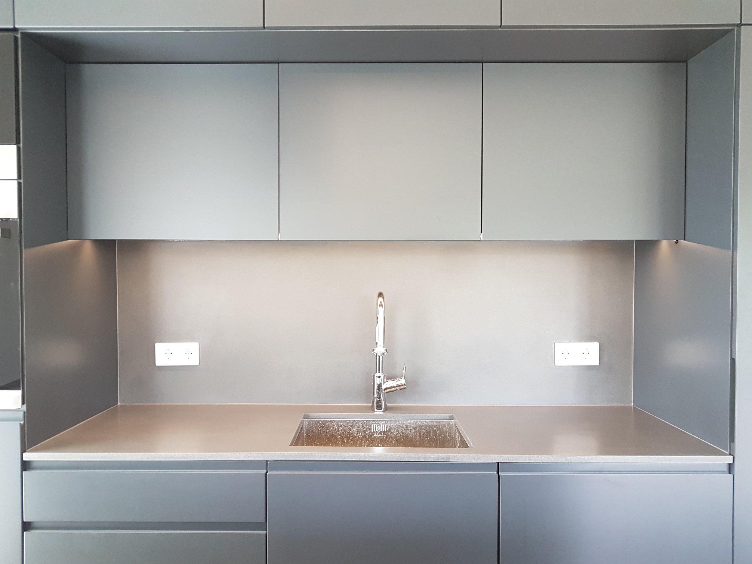 Köögi tasapinnad ja valamud  Meil on võimalik toota köögi tasapindasid paksusega 10-200 mm . Maksimaalne detaili pikkus sõltub konkreetsest projektist, kuid võib ulatuda üle 4 meetri. Meil on valmis erinevaid valamu vorme, mida kasutada valamute tootmiseks. Tabeli olemasolevate valamu vormide mõõtudega leiate  siit!