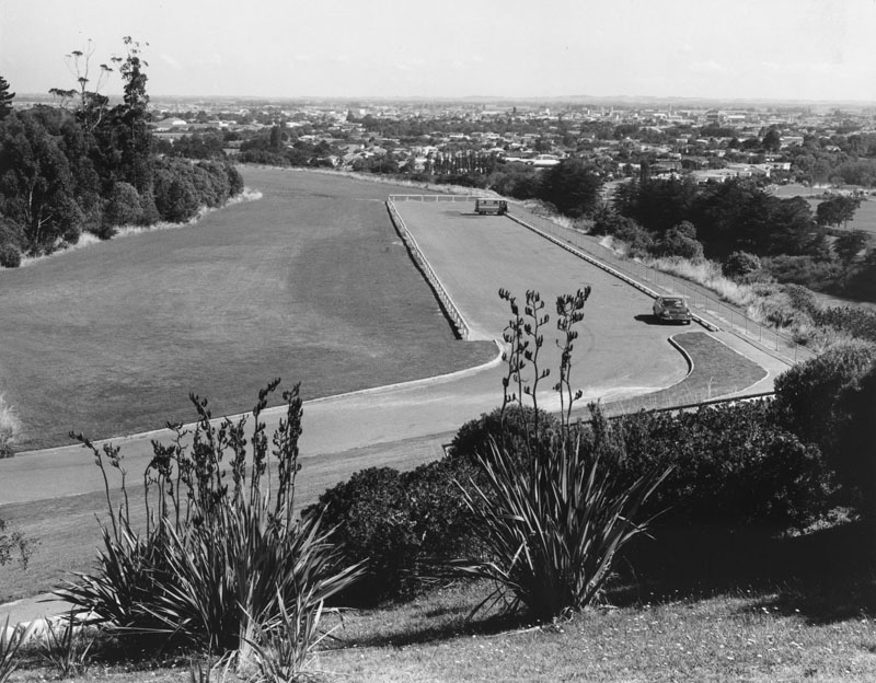 Figure 2: ANZAC Park Lookout, circa 1971. Reference: Pataka Ipurangi 2007P_P138_RES_0175, Ian Matheson City Archives.