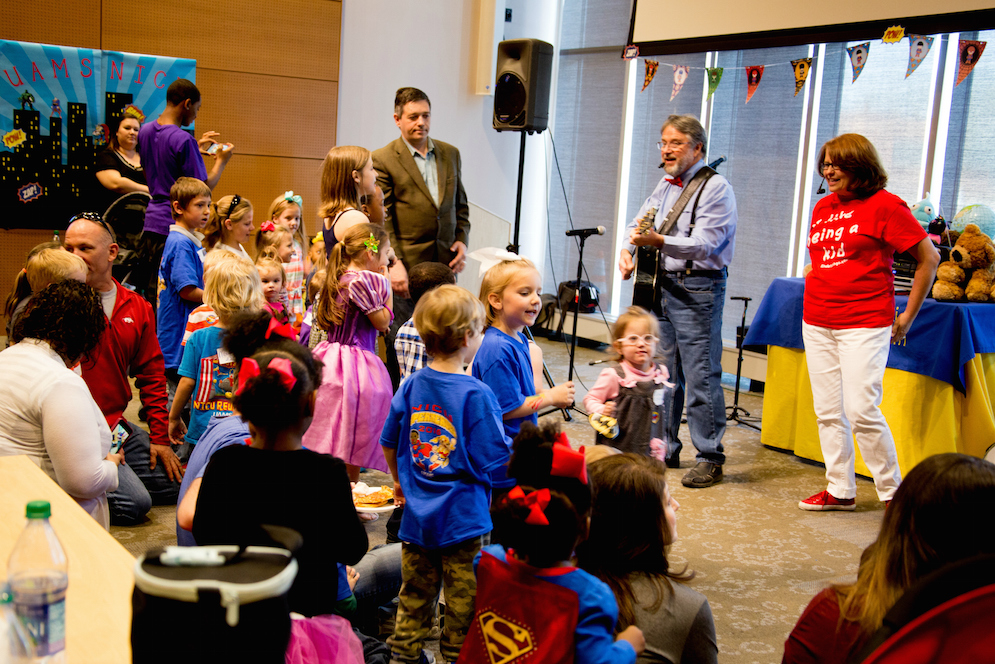 Brian Kinder of Kindersongs sings andinteracts with NICU graduates.