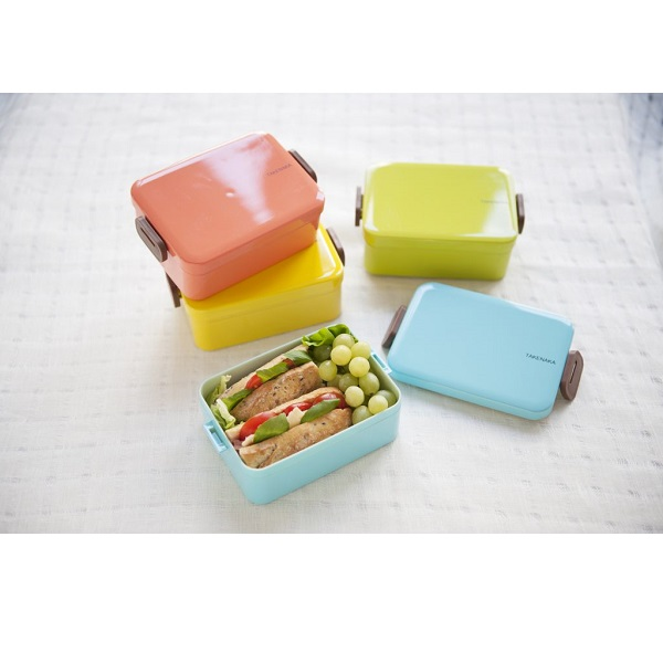 With so many options out there, it's really hard to pick a good lunchbox that'll last and be flexible enough for a variety of meals. My two favorites are cute and colorful LunchBlox sets and the versatile and slightly more sophisticated Takenaka bento boxes.