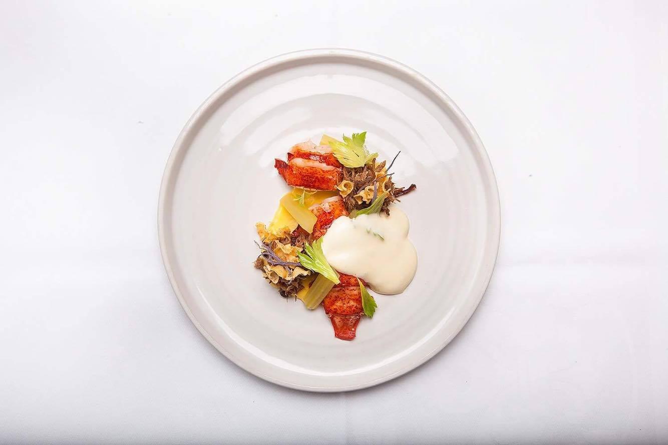 En tallrik med en av rätterna från hummermenyn vi serverar i vår restaurang under hösten.