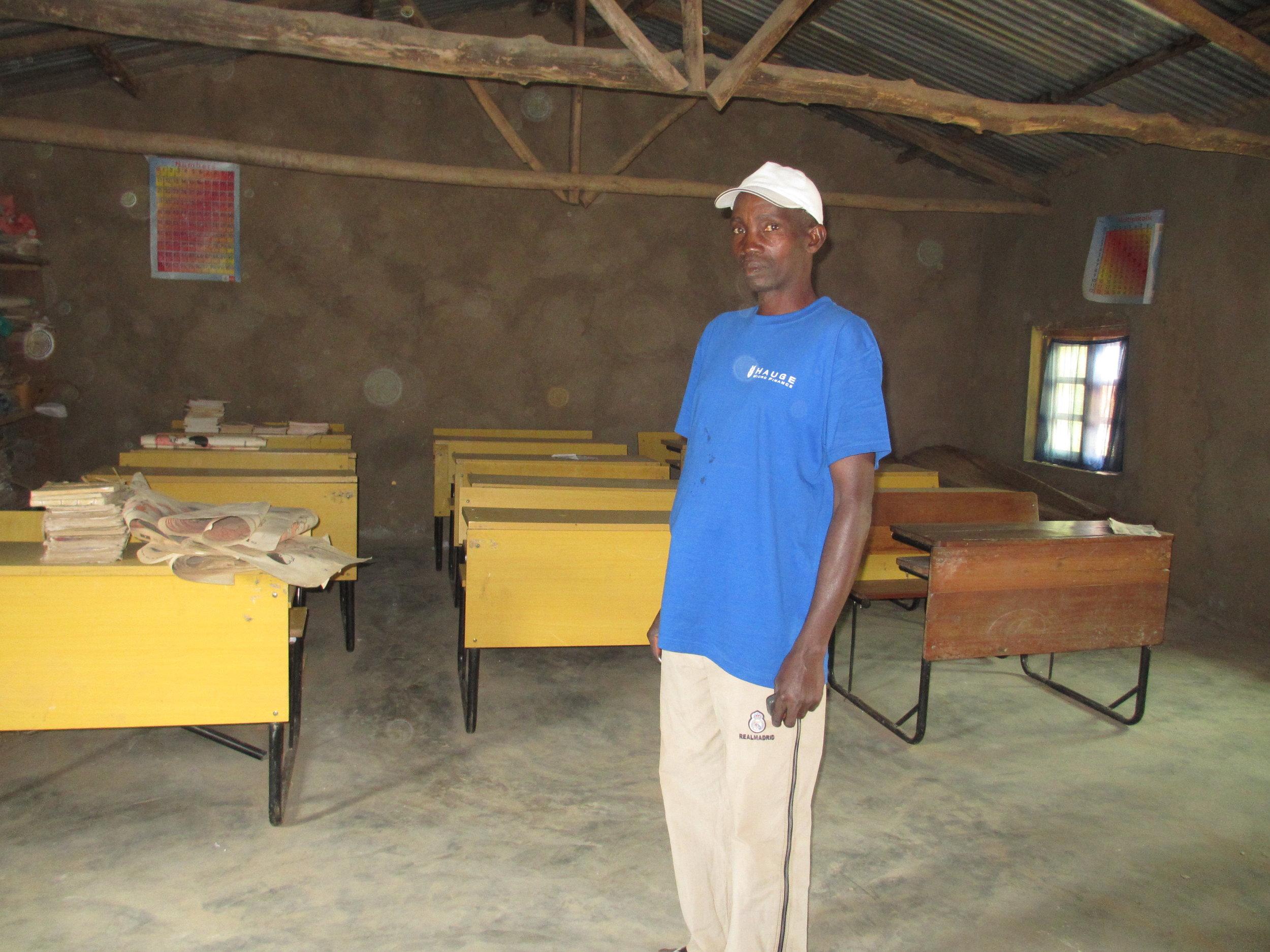 Byggleder og koordinator Zerbabel Bagumako i et av de ferdigstilte klasserommene.
