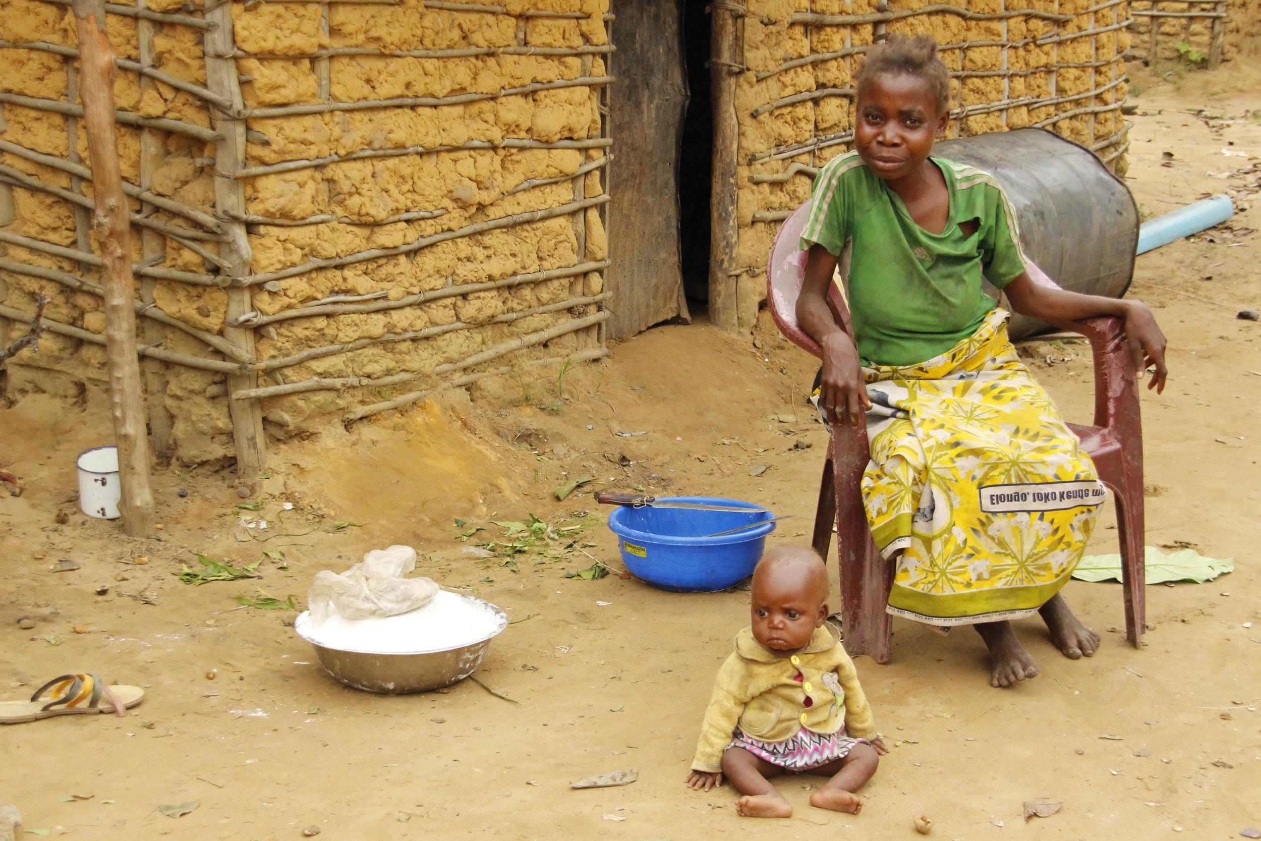 En mor fra urfolket med sin jentebaby. Moren tilhører en generasjon som ikke har fått mulighten til å lære seg å skrive og lese. Med skole og utdanning åpner det seg helt nye muligheter for den lille jentebabyen.