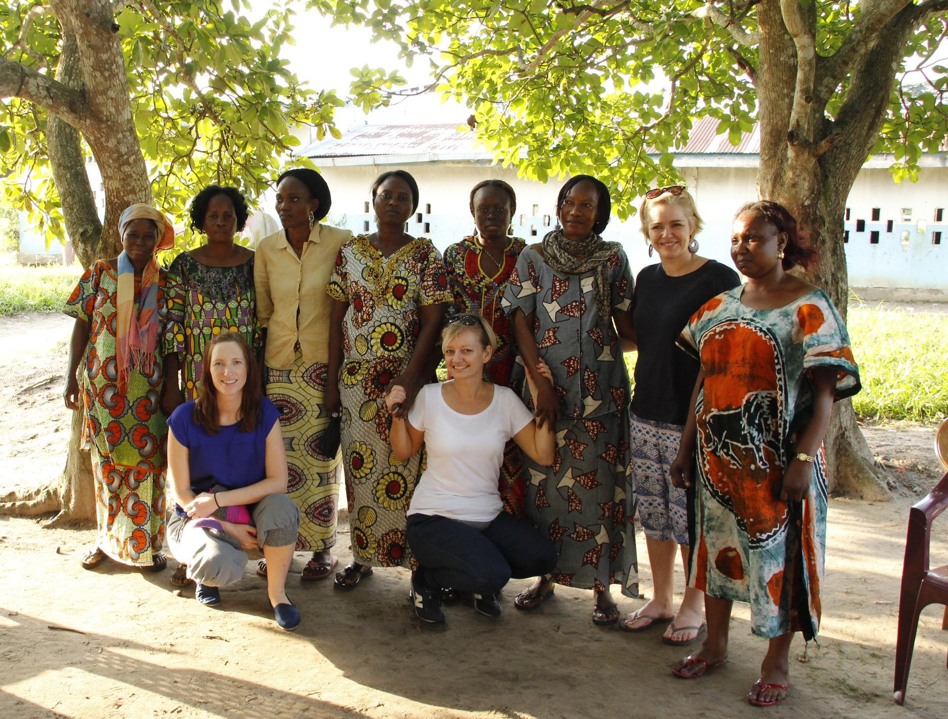 La Afrika Leve jentene, fra venstre Anette Wiborg, Vera Eriksrød og Tonje Aronsen, sammen med kvinner i landsbyen Odziba.