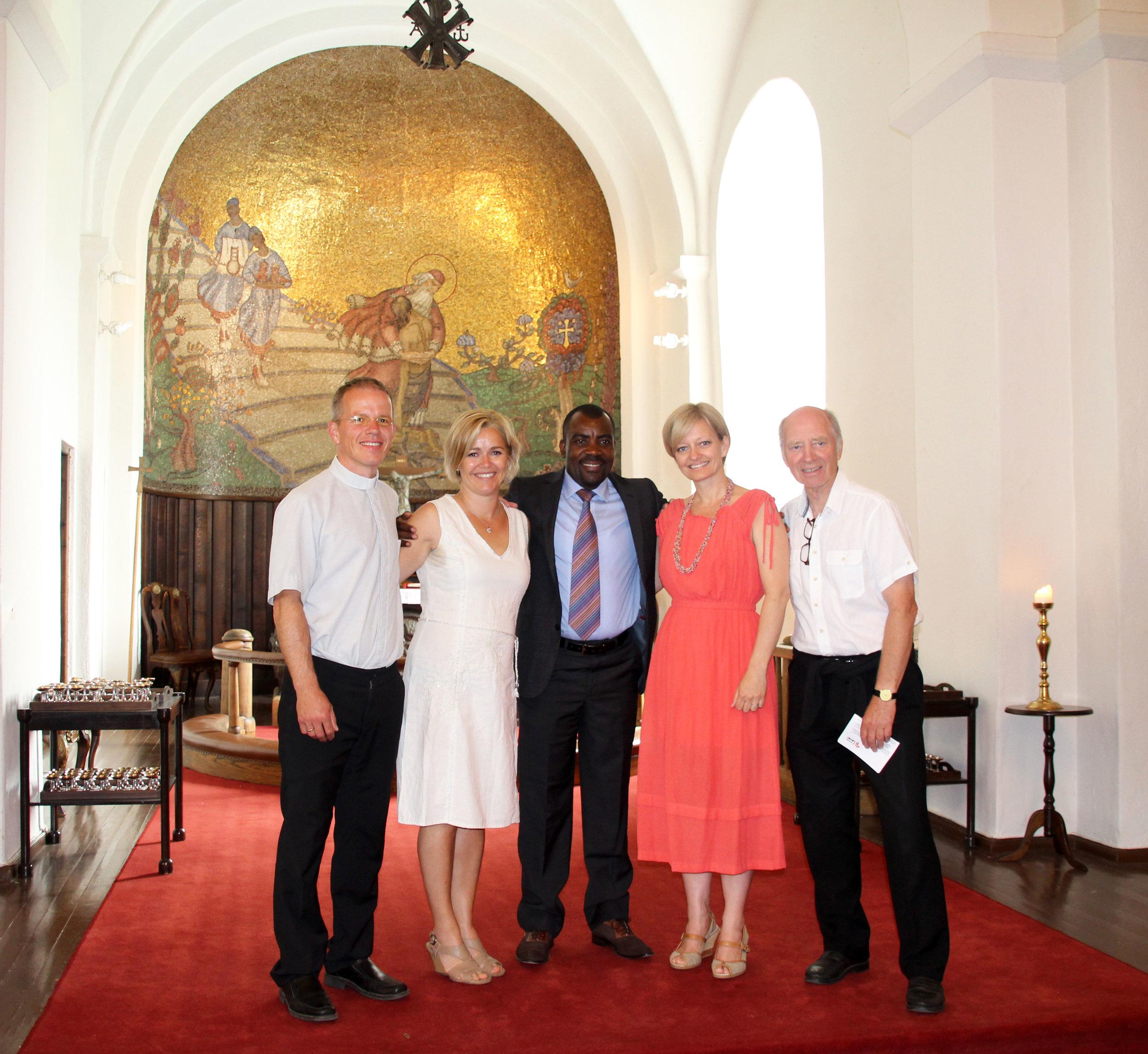Kubisa med sogneprest Øystein Aronsen under et besøk i Gjerpen kirke. Styremedlemmer i La Afrika Leve; Tonje Aronsen og Vera Eriksrød. Seniorrådgiver Karl Fredrik Kittilsen til høyre.