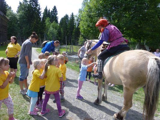 Bildet er hentet fra  Lunde Gårdsbarnehage  sin nettside - og viser en av fjorårets aktiviteter