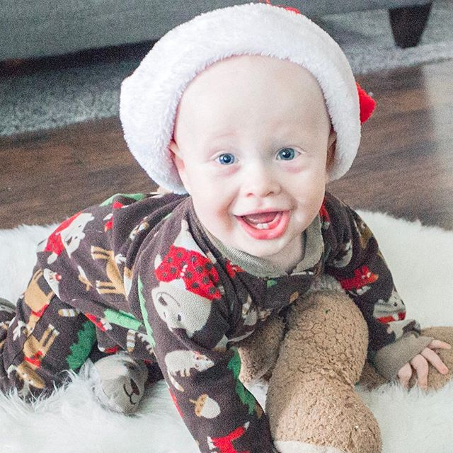 This sweet Santa baby hit 10 months on Sunday! I was dying over the cute faces he made during the little shoot I did for his month update post (which is up by the way! Check the #linkinprofile to see many more pictures there!) I'm so excited to celebrate his first Christmas next week. ❤️🎄🎅🏻 . . . . . Preset by @kendrabirdphotography  #thechelsiechannel #monthupdates #mamablogger #momblogger #utahblogger #tenmonths #babyboy #elijames #firstchristmas