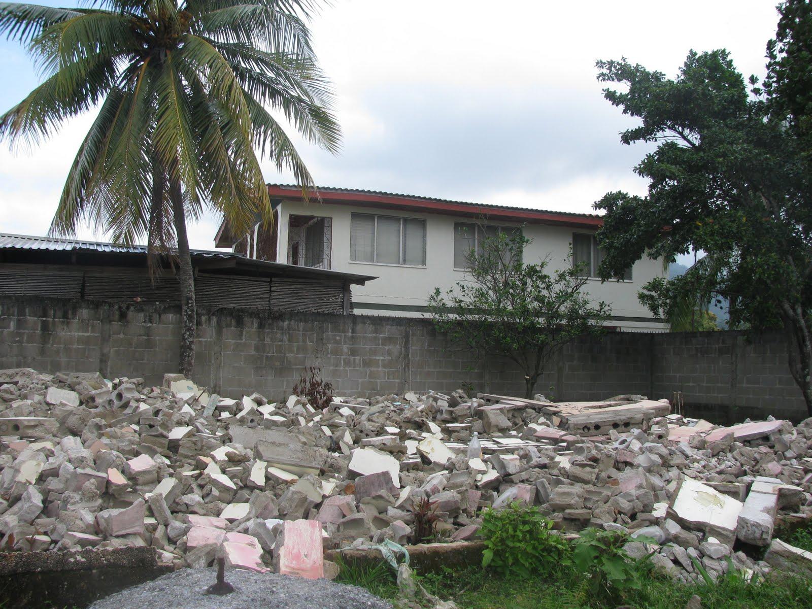 """(Comunidad Garífuna de Río Negro lentamente desaparece. Una de muchas casa que han sido destruidas para permitir la construcción, muy cerca a donde se construirá el muelle para cruceros """"Banana Coast"""".)"""
