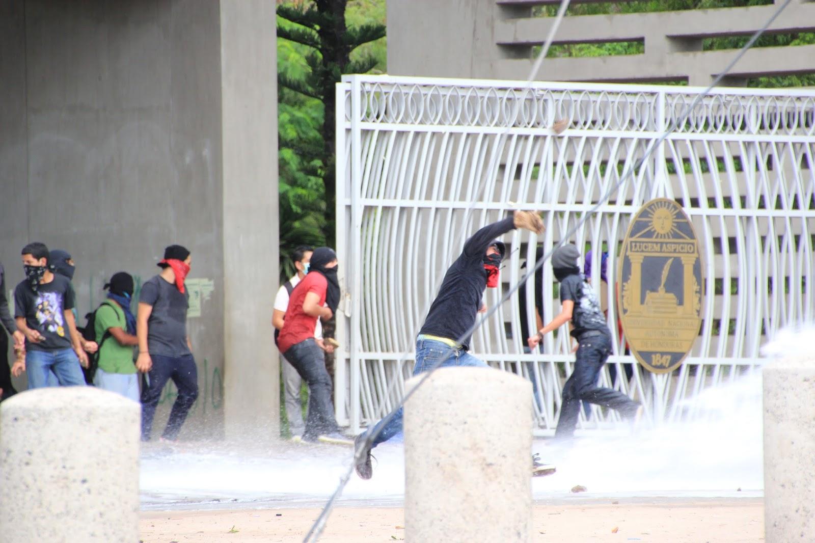 Photo caption: Students occupy the public National Autonomous University, Tegucigalpa. Photo by: Karen Spring