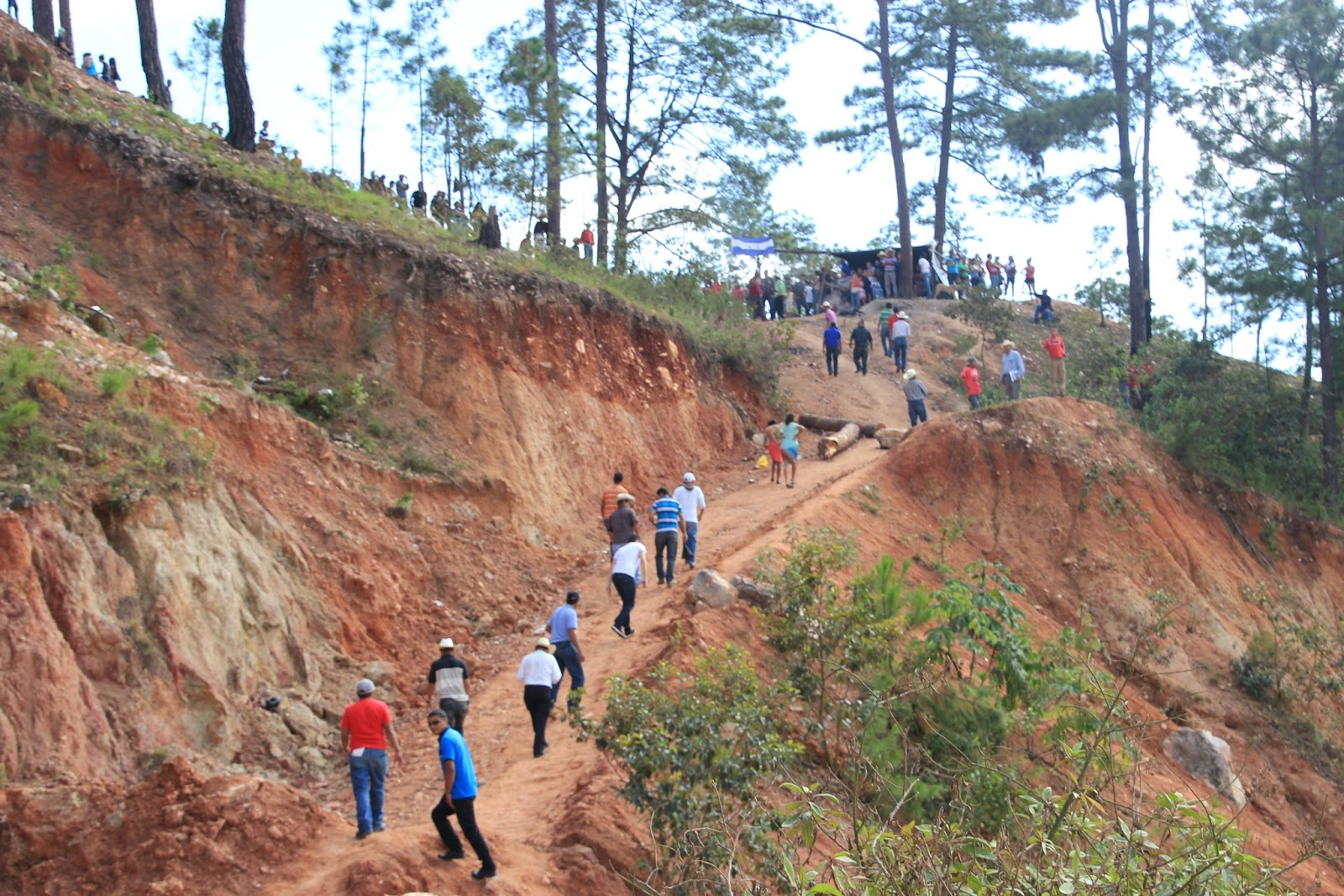 Photo caption: Climbing up to the community blockade, La Unión, Copan.