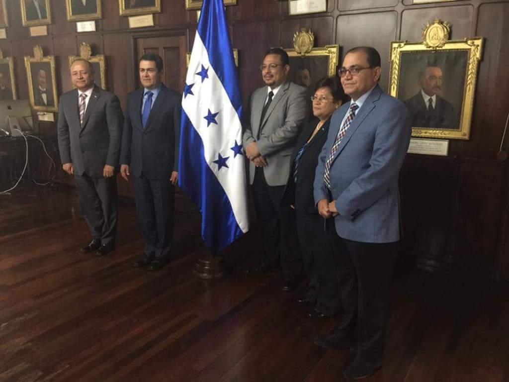 Izquierda a derecha: Ministro de Seguridad Julian Pacheco, Presidente de Honduras, Juan Orlando Hernandez, Omar Rivera de ASJ, Vilma Morales y Pastor Alberto Solórzano. Fuente: El Heraldo