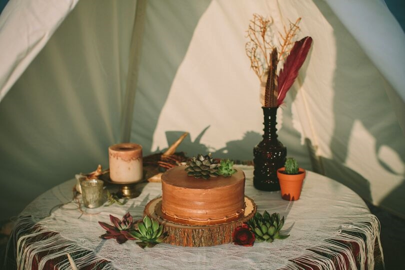 We adore these succulents on the cake.