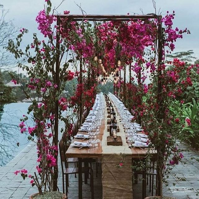 Spring is in the air, so let us celebrate love outdoors with some beautiful outdoor dining table settings! Check out our blog for more outdoor dining ideas, link in profile!  Inspiration via @cassiesullivanweddings . . . #bohowedding #wedding #reception  #outdoordining #tablesetting #tablescape #tabledecor #weddingvenue