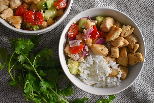 Things I wish I was eating for dinner tonight: this Greek chicken bowl. Topped with a fresh cucumber chick pea salad, it's the perfect spring dish. Grab the recipe from @emilyruthweir by tapping the link in my bio.