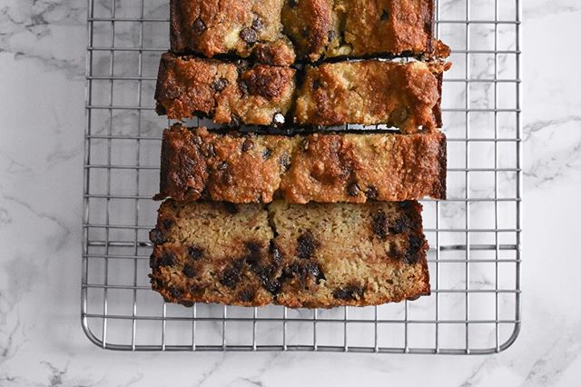 Is banana bread without chocolate chips even a thing? No reason to find out. This paleo chocolate chip banana bread is on #emilyruthweir, so tap the link in my bio to grab it.