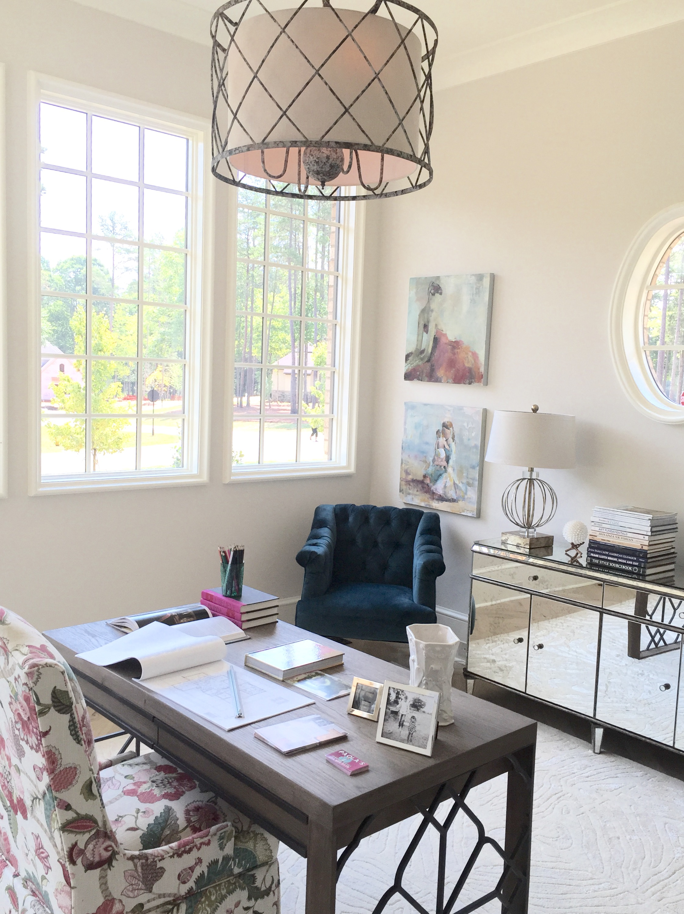 Placing the desk in the middle on the room provided for a surprisingly well-laid out space. Pops of pink and dark teal made for a exciting work space.