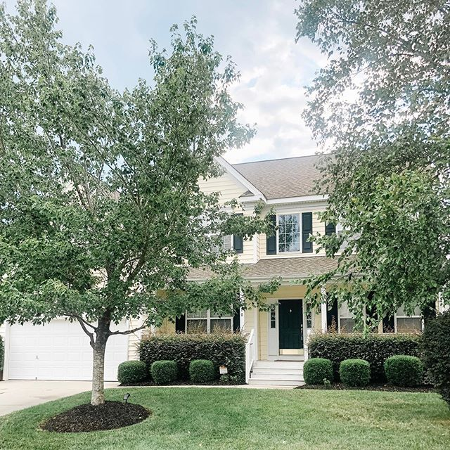 Happy closing day to my buyers! 🏡Beautiful neighborhood ✔️ huge deck and backyard ✔️ close to the lake, shopping, and parks ✔️ highly rated schools ✔️ happy buyers ✔️
