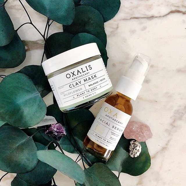 If you're looking for a couple of products that deliver results immediately, here they are. After one use of our Wildflower Clay Mask, skin is smoother thanks to the detoxing French Green Clay and soothing Lavender and Roman Chamomile. Apply a few drops of Facial Serum after for a visible glow!  Fully loaded with antioxidants, healthy omegas and a beautiful aroma. Let us know if you've seen results in the comments below! This shot is courtesy of @jlbayer 💛🌿 . . . . .  #oxalisapothecary #planttobody #naturalbeauty #naturalskincare #cleanbeauty #greenbeauty #plantbasedskincare #nontoxicskincare #organicskincare #skincareobsessed #indiebeauty #selfcareroutine #skincareroutine #claymask #detoxmask #frenchgreenclay #facialserum #dailyglow #dailyglowfacialserum #liquidgold #faceoil #glowingskin #healthyskin #cleanskincare #greenbeautyblogger #botanicalskincare #minimalistskincare #faceserum