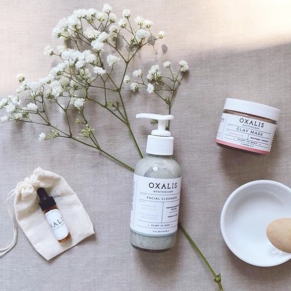 Maybe Mom needs a new face cleanser. Or a face mask so she can dedicate at least 15 minutes to herself, alone. Whatever you think but, if you spend $30+ you get that cute facial serum sample FREE! Or a Feel Good Potion! Don't sleep on this deal, ending Wednesday at noon  CST. 🌿💆♀️🌸 . . . . .  #oxalisapothecary #planttobody #naturalbeauty #naturalskincare #mothersdaygifts #giftwithpurchase #cleanbeauty #greenbeauty #plantbasedskincare #nontoxicskincare #organicskincare #indiebeauty #skincareroutine #claymask #faceserum #giftformom #momsdeservethebest #claycleanser