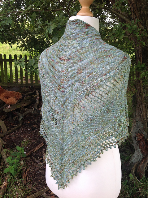 Versailles Shawlette - This pattern was designed for the Fall 2017 Outlander KAL/CAL.Requirements:437 yards of fingering weight**Please pay attention to the length of your selected yarn as different bases vary in length**As shown: Louise de Rohan on Sustainable fingeringFor custom colors/bases click HERE