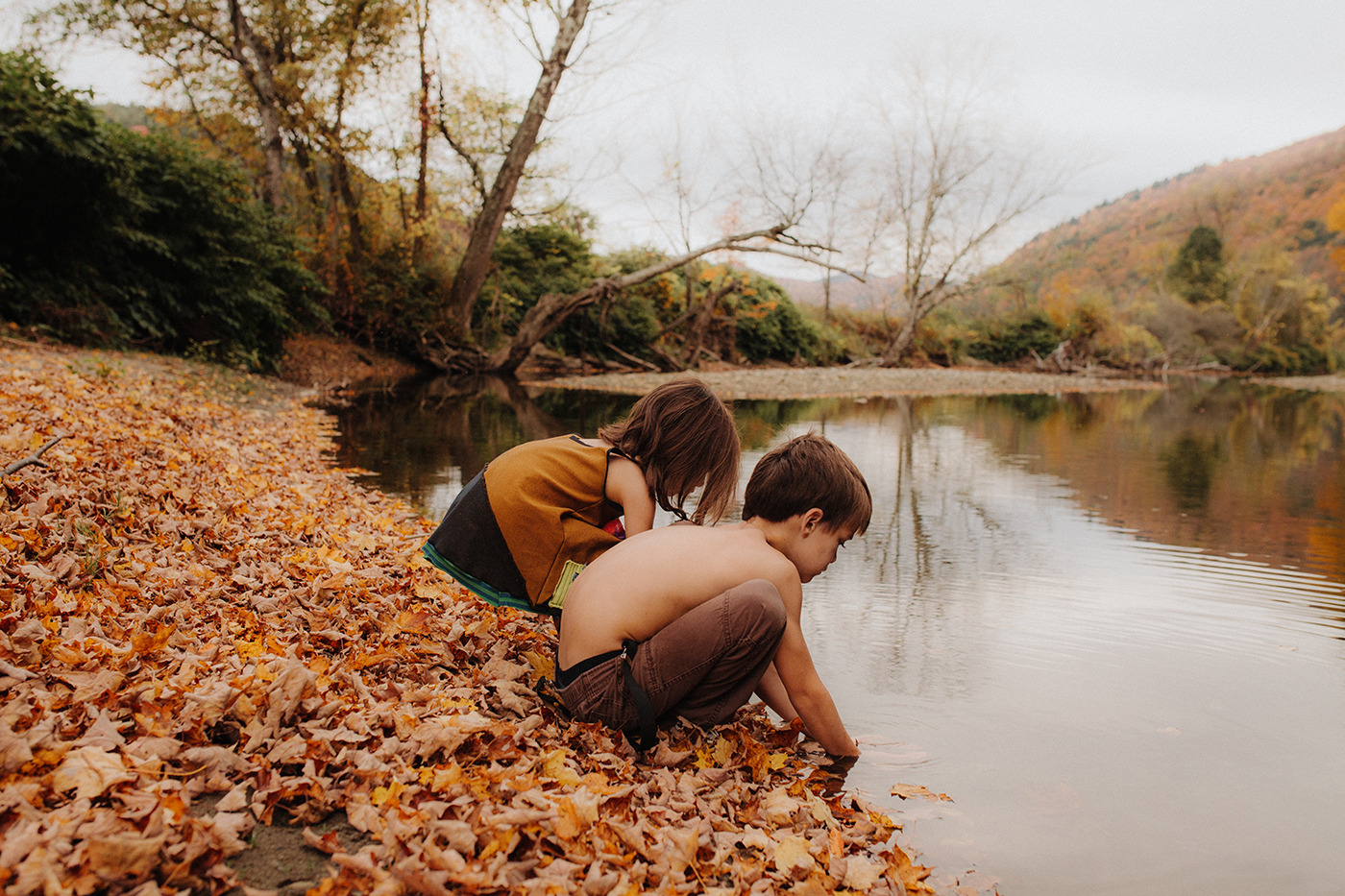 vermont-children-family-portraits-river-autumn-siblings.jpg