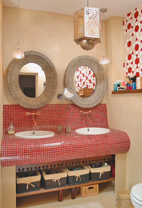 Lots of details to give this bathroom an ethnic touch. Photo Casa Lux