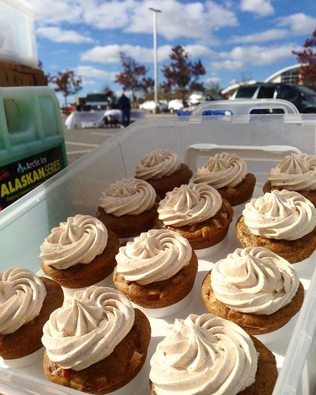 It's cold enough to display our #Apple #Cinnamon #cupcakes! ... Wait, is that really a good thing? #missingsummer. Also, the last Saturday market at Glenwood. Glenwood folks get yer goods by emailing us to Eat@TheVegedible.com. Thanks for supporting us all season! // #veganbaked #vegan #veganbaking #veganbakery #farmersmarket #endofmarketseason #saturdaymorning #desserts #vegancupcakes #cookies #vegetarian #dairyfree #eggfree #wheatfree #applecinnamon #glenwood #maryland #howardcounty #ellicottcity #marketseason #eatlocal #buylocal #smallbusiness #fall #chillintheair