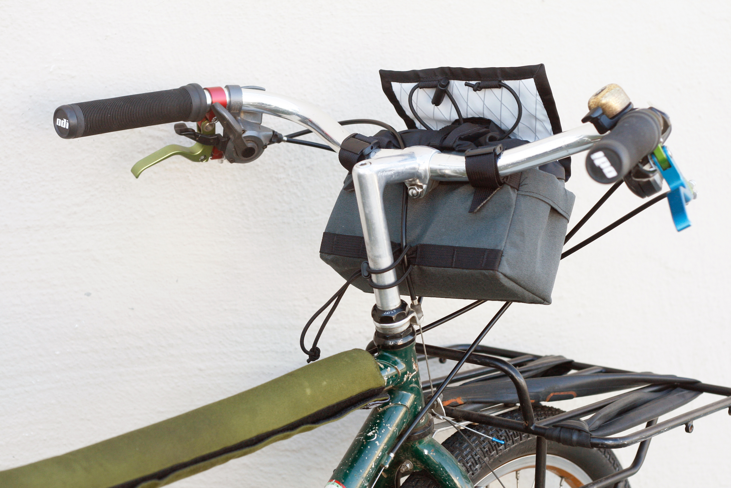 No spacers needed, bag rests gently on brake cable